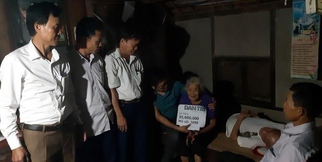 Chiều ngày 20/11, PV Báo điện tử Dân trí cùng lãnh đạo xã Thạch Trung, TP Hà Tĩnh đã trao số tiền 35,600,000 đồng cho vợ chồng cụ Nguyễn Thị Hương.