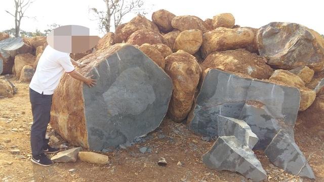 Những viên đá lớn được chẻ ngay tại điểm khai thác rồi cho xe chở ra xã tiêu thụ