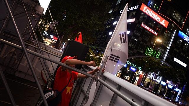 …và một lá cờ Hàn Quốc như một sự kính trọng đối với vị HLV trưởng đội tuyển trước màn hình LED để tạo không khí