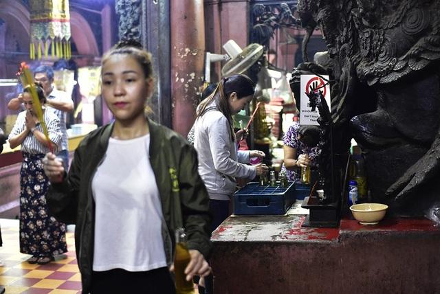 Phật tử đang nhận dầu thắp đèn lễ