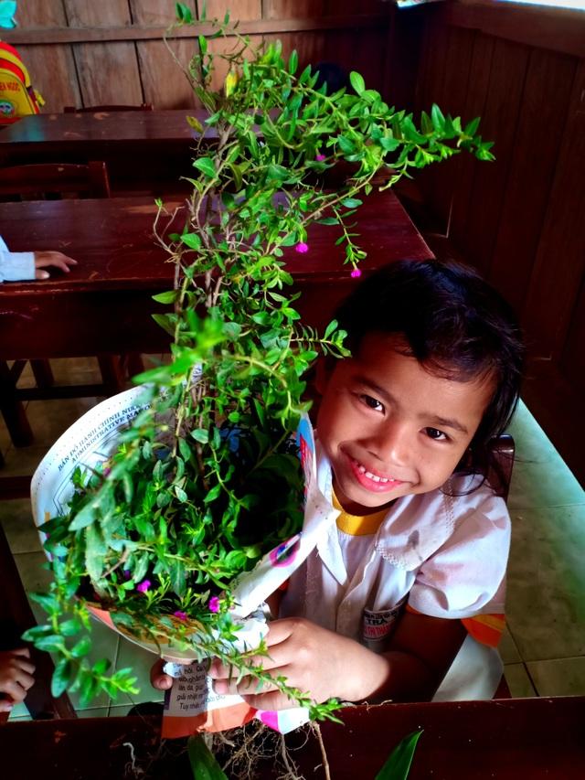 Hoa dại được các cháu hái từ rừng tặng cô nhân ngày Nhà giáo Việt Nam