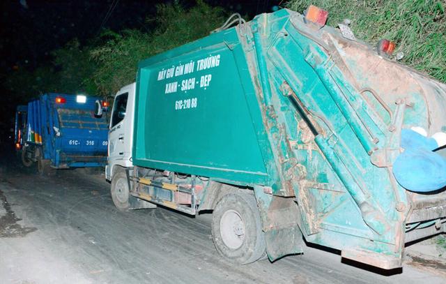 Xe ép rác đi thu gom rác thải sinh hoạt trên địa bàn thị xã Thuận An bị cấm cửa vào bãi trung chuyển rác Thuận Giao phải đậu ngoài đường.
