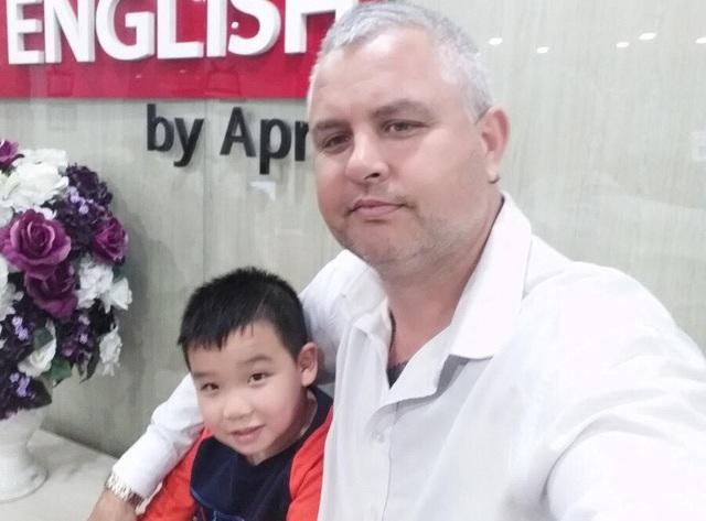 Adam Kattenberg là một giáo viên người Australia. Mới chỉ gắn bó với Việt Nam 26 tháng, nhưng anh đã quyết định sẽ ở lại đây cho đến tuổi nghỉ hưu.