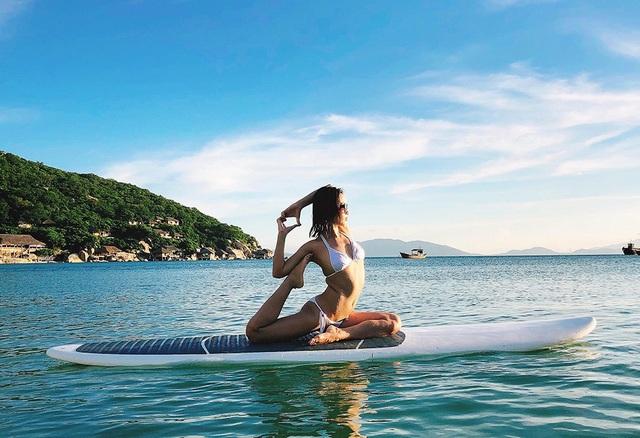 Cũng trong chuyến đi này, Ái Phương đã bất ngờ thực hiện bộ ảnh bikini tạo dáng yoga đầy nóng bỏng trên biển. Nữ ca sĩ chia sẻ, sau thời gian dài chăm chỉ tập luyện cô đã tự tin hơn với vóc dáng hoàn thiện của mình.