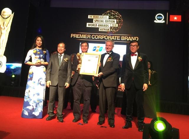 TS. Lê Trường Tùng, Giám đốc Tổ chức giáo dục FPT nhận giải thưởng Thương hiệu tổ chức giáo dục xuất sắc.