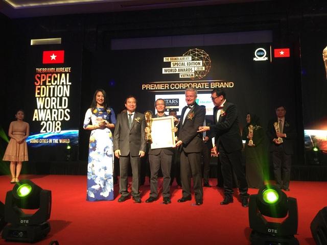 TS. Nguyễn Khắc Thành, Hiệu trưởng Đại học FPT đại diện trường nhận giải thưởng dành cho trường Đại học xuất sắc.