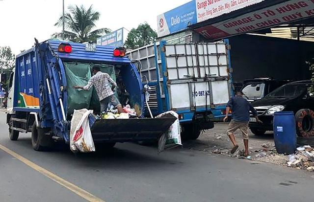Các tổ thu gom rác thải sinh hoạt trên địa bàn thị xã Thuận An đầu hàng tỷ đồng mua xe ép rác, gắn định vị theo hướng dẫn của UBDN thị xã Thuận An nhưng đến nay vẫn bị thu phí bãi rác 30.000 đồng/tấn.