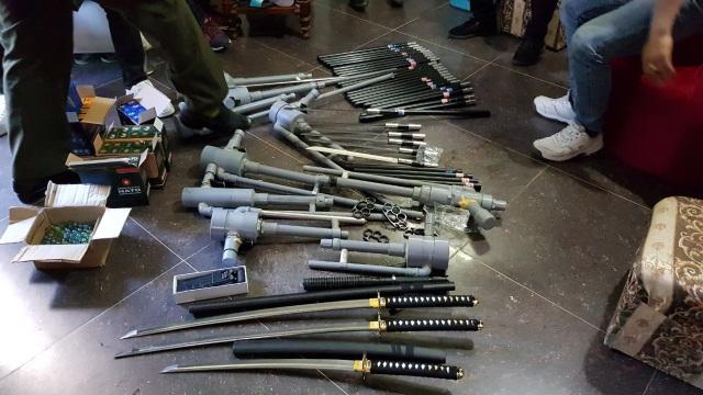 Số hàng nóng gồm kiếm, bình xịt hơi cay, súng cồn... cơ quan công an bắt giữ