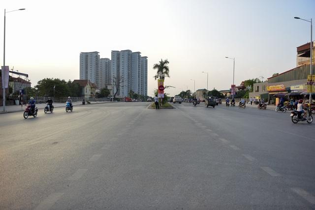 Tuyến phố được xây dựng với 4 làn xe chạy và phân rõ làn dành riêng cho ô tô và làn dành cho xe máy, xe đạp.