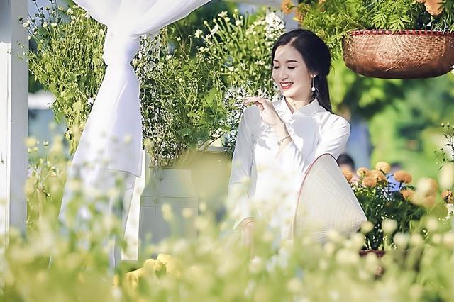 Bộ ảnh được Thu Trang thực hiện vào những ngày đầu tháng 11 vừa qua, đón chờ một mùa cúc họa mi báo đông đã đến.