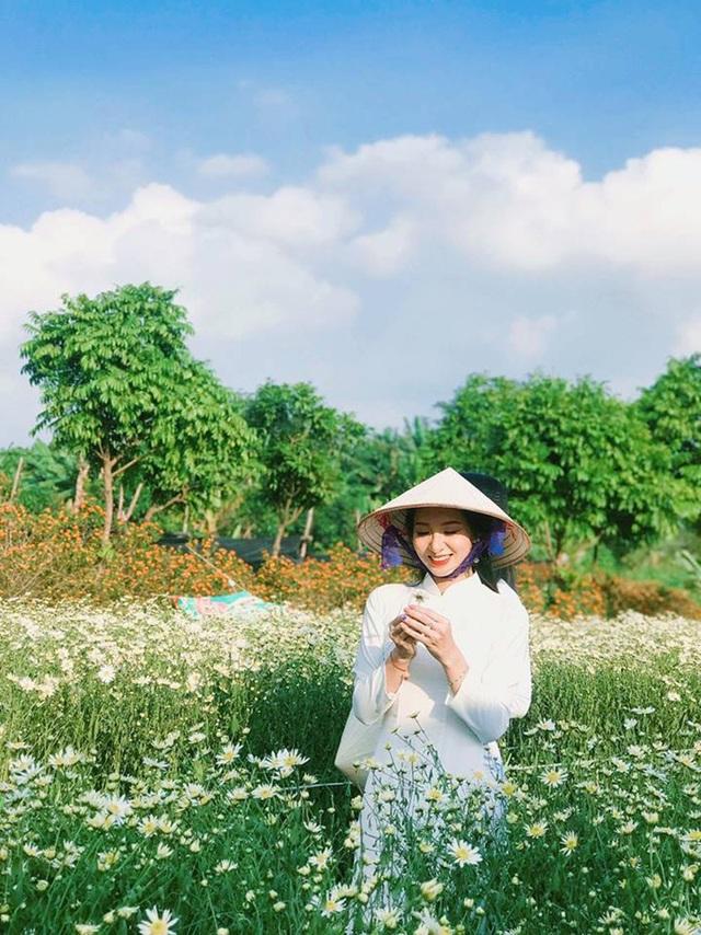 Bộ ảnh được thực hiện tại thảo nguyên hoa Long Biên miêu tả vẻ đẹp thiếu nữ và loài hoa dân dã, đặc trưng cho mùa đông Hà Nội.