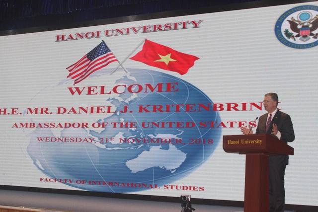 Đại sứ Mỹ tại Việt Nam Daniel J. Kritenbrink phát biểu tại Đại học Hà Nội ngày 21/11. (Ảnh: Thành Đạt)