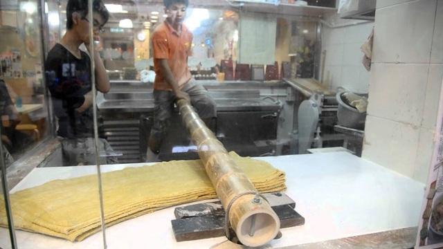 Món mì cổ truyền độc lạ của Trung Quốc được làm bằng…ống tre dài 2 mét! - 2