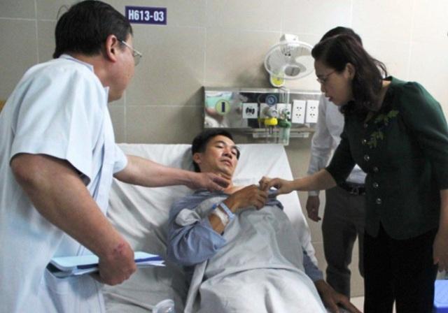 Bà Nguyễn Thị Lĩnh, Phó Chủ tịch UBND tỉnh Thái Bình đến thăm hỏi, động viên các chiến sỹ CSGT đang điều trị tại Bệnh viện