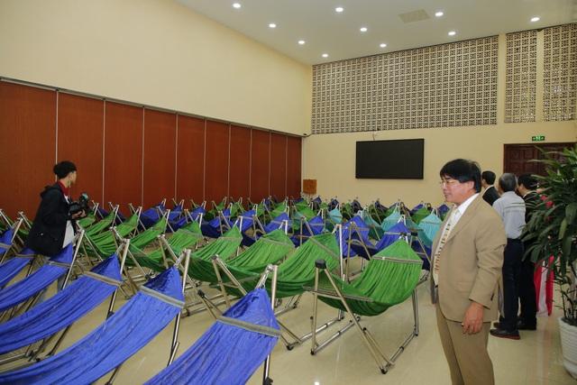 PGS.TS Đỗ Văn Dũng, Hiệu trưởng nhà trường trong ngày khánh thành khu nghỉ trưa có võng và máy lạnh của trường (ảnh: L.Tiên)