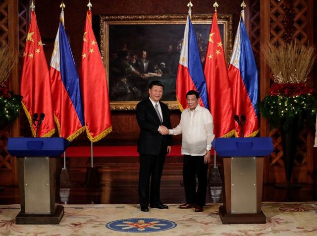 Hai nhà lãnh đạo Trung Quốc, Philippines bắt tay tại họp báo. (Ảnh: Reuters)