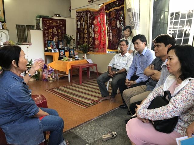 Ông Bùi Văn Linh thay mặt lãnh đạo Bộ GD&ĐT chia sẻ mất mát với người thân thầy giáo Phong, cô giáo Thủy