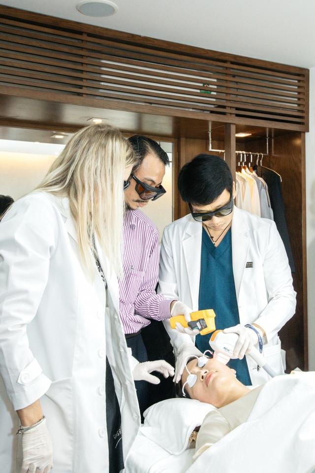 Thạc sĩ – Bác sĩ Hồ Cao Vũ điều trị nâng cơ cho bệnh nhân bằng công nghệ cao