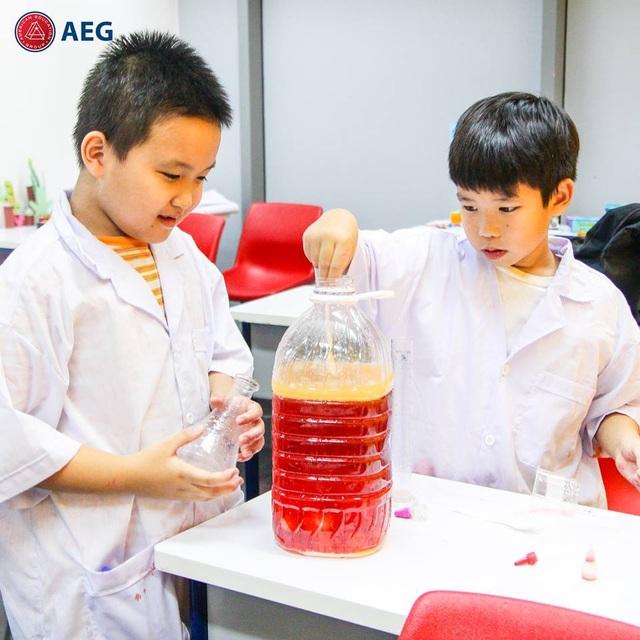 Những thí nghiệm thực tiễn trong giờ học STEAM English giúp các em hình thành hứng thú với nghề nghiệp tương lai.