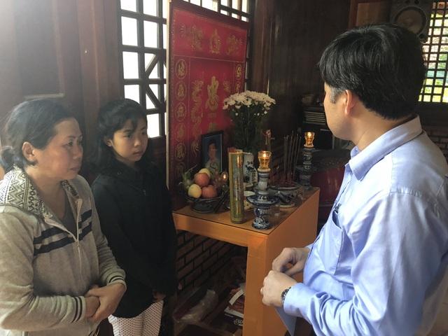 Đoàn công tác Bộ GD&ĐT động viên chia sẻ với gia đình em Hoàng Bách