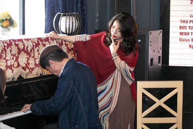 Tại sự kiện, vị nhạc sĩ đánh đàn cho Minh Chuyên và Minh Thu hát.