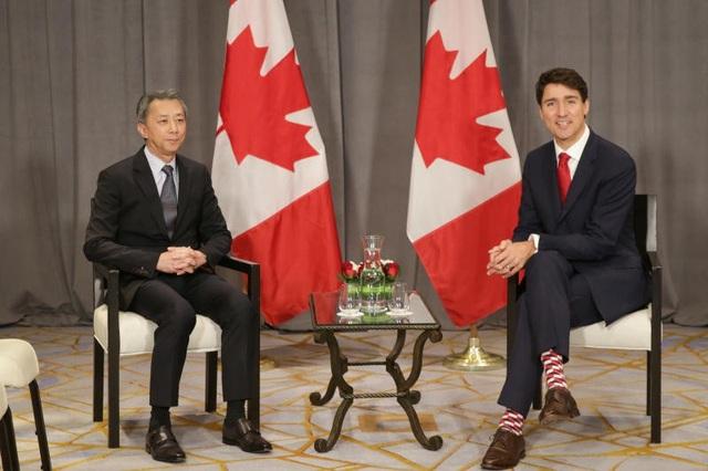 Ông Trudeau đi tất nhiều màu trong khi chủ tịch công ty Temasak Hwee chỉ đi tất tối màu trong cuộc gặp hôm 13/11. (Ảnh: ST)