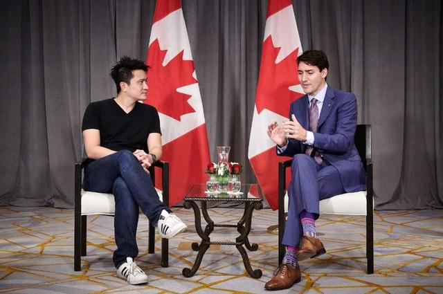 Đôi tất sặc sỡ của Thủ tướng Trudeau khi ông gặp CEO Tan Min-Liang. (Ảnh: ST)