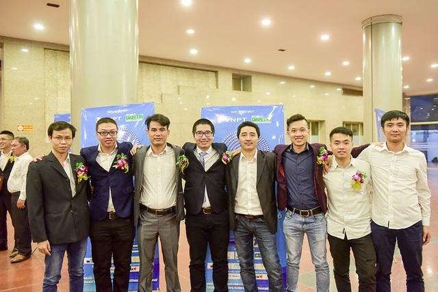 Nhóm tác giả của FastGo trong đêm trao giải Nhân tài Đất Việt 2018. Ảnh: Toàn Vũ