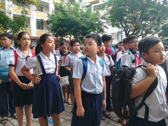 Sự căng thẳng thể hiện trên nét mặt học sinh trước khi vào phòng thi của trường Trần Đại Nghĩa, TPHCM