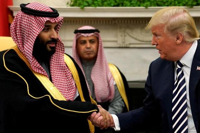 Tổng thống Mỹ Donald Trump bắt tay với Thái tử Ả rập Xê út Mohammed bin Salman tại Nhà Trắng. (Ảnh: Reuters)