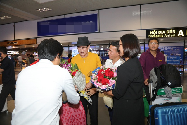 Cụ bà 90 tuổi nửa đêm vẫn ra sân bay đón Tuấn Vũ trở lại Hà Nội - 5