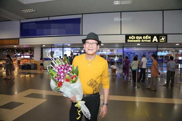 Cụ bà 90 tuổi nửa đêm vẫn ra sân bay đón Tuấn Vũ trở lại Hà Nội - 1