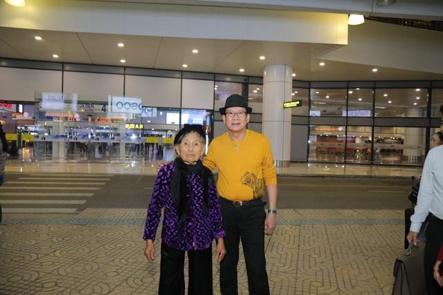 Cụ bà 90 tuổi nửa đêm vẫn ra sân bay đón Tuấn Vũ trở lại Hà Nội - 3