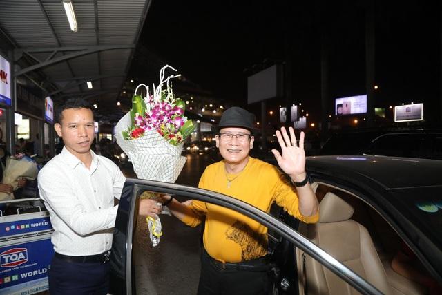 Cụ bà 90 tuổi nửa đêm vẫn ra sân bay đón Tuấn Vũ trở lại Hà Nội - 7
