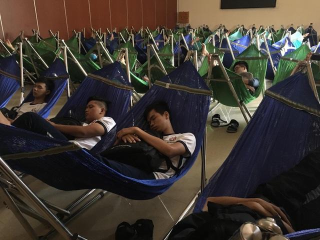 Một ngày đưa vào sử dụng, khu nghỉ trưa đón đông sinh viên đến nghỉ (ảnh L.Tiên)