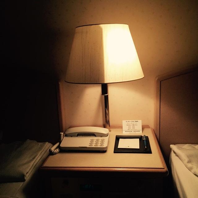 Đèn ngủ trong một khách sạn ở Nhật được chia thành hai nửa sáng - tối, phục vụ nhu cầu của từng du khách.