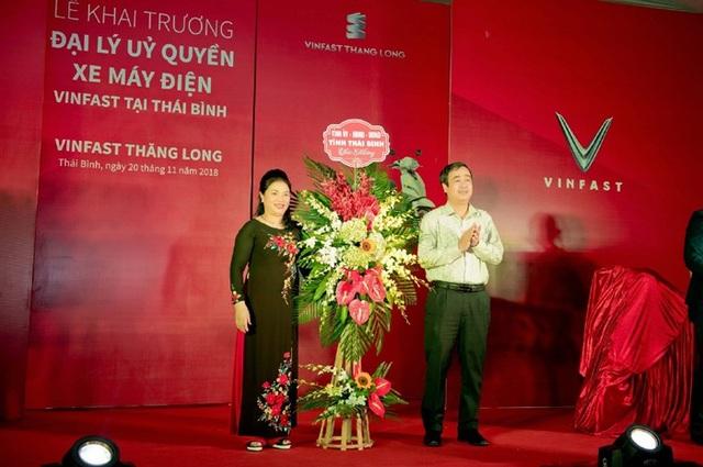 Ủy viên dự khuyết Trung ương Đảng, Phó Bí Thư thường trực Tỉnh Ủy Thái Bình Ông Ngô Đông Hải tặng hoa chúc mừng VinFast Thăng Long