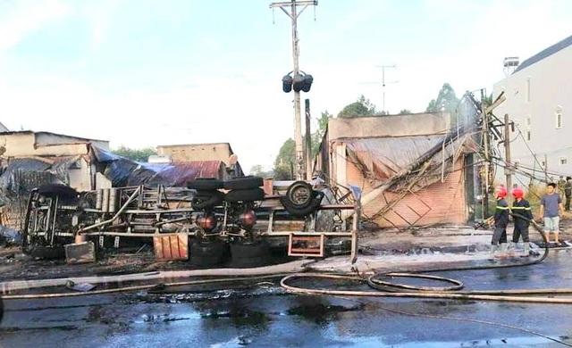 Từ một chiếc xe bồn chở xăng bị lật gây nên vụ cháy kinh hoàng, hậu quả vô cùng nghiêm trọng.