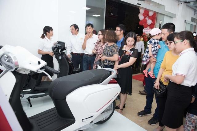 Khách hàng tham gia trải nghiệm xe máy điện thông minh Klara