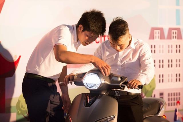 Nhân viên VinFast Thăng Long tư vấn nhiệt tình cho người mua