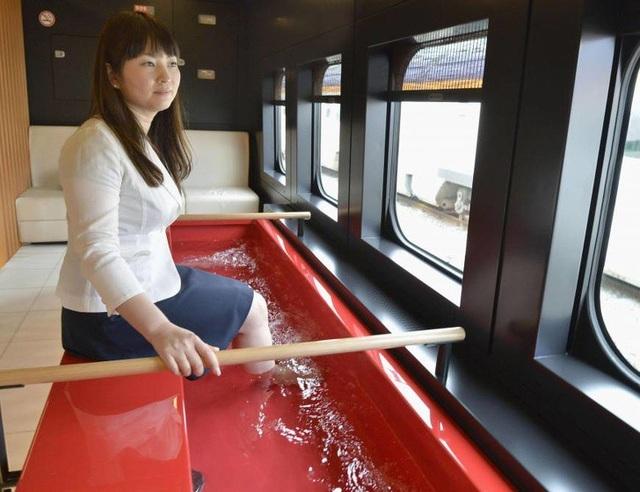 Tàu hỏa ở Nhật còn được trang bị thêm bồn ngâm chân, giúp du khách thư giãn trong suốt hành trình dài.