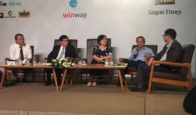 Các khách mời là chuyên gia giáo dục cùng trao đổi những vấn đề được cho là nguy cơ khủng hoảng của giáo dục Việt Nam