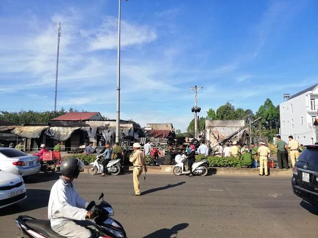 Lật xe bồn chở xăng, 19 nhà dân cháy dữ dội, ít nhất 6 người tử vong - 4