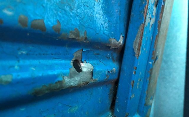 Dấu vết viên đạn xuyên thủng chiếc xe bagác đậu trong sân nhà ông Châu.