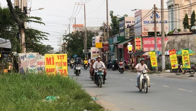 Nhóm côn đồ hàng chục đối tượng dừng lại trước quán mì, hủ tiếu trên đường An Phú Tây gây ra vụ nổ súng kinh hoàng.