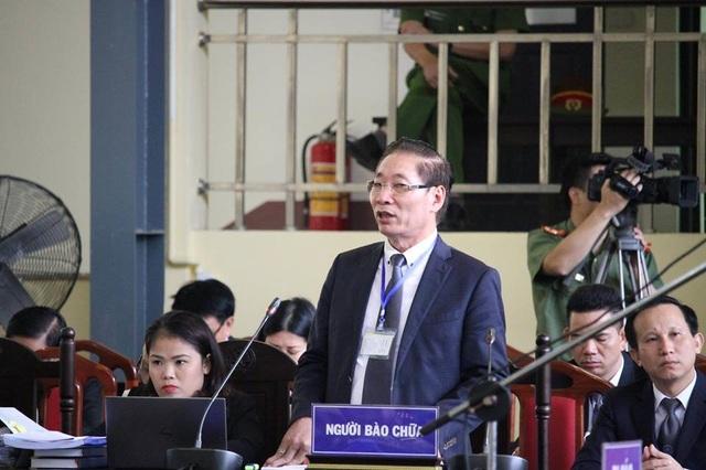 Luật sư Nguyễn Chiến trong phiên xử sáng nay (22/11).