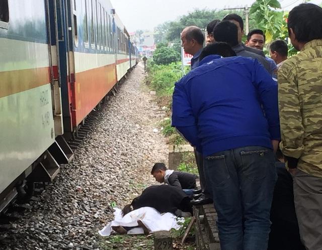 Hiện trường vụ tai nạn đường sắt khiến nam thanh niên đi xe máy tử vong (Ảnh: Duy Phương).