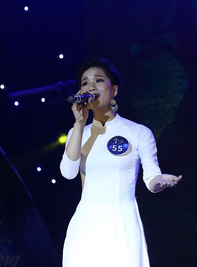 """Ngô Thị Lan Anh có một niềm đam mê mãnh liệt là được đứng trên sân khấu trong vai trò là một ca sĩ không chuyên. Cô đã khoe giọng hát của mình trong phần thi tài năng qua ca khúc """"Lời ru cho con""""."""