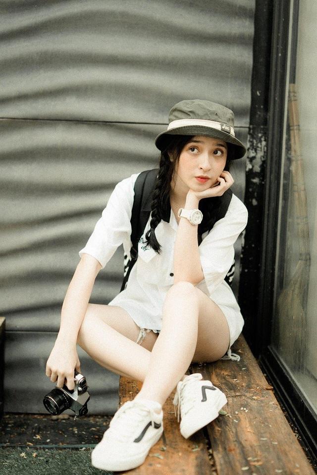 Ngoài học tập, Kiều còn là người mẫu ảnh, diễn viên trong các clip ngắn được giới trẻ yêu mến. Facebook của cô bạn sở hữu gần 50.000 lượt người theo dõi.