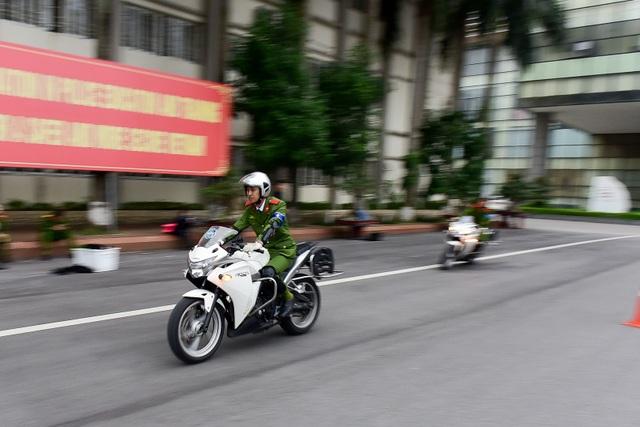 Nữ sinh cảnh sát trổ tài lái môtô phân khối lớn - 11